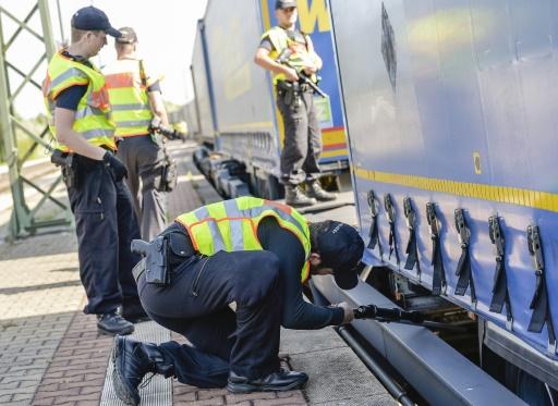 Des policiers à al recherche de clandestins sous un train de la gare de Raubling en Allemagne, le 24 août 2017 © Guenter SCHIFFMANN AFP/Archives
