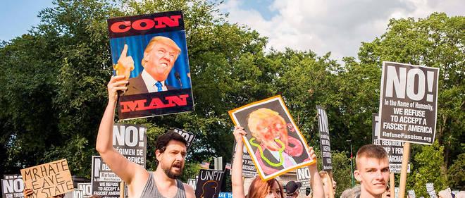 """Une manifestation anti-Trump à New York en juillet 2017. Pour Mark Lilla,""""il ne faut pas se contenter de l'activisme typique à gauche: prendre un propos outrageux de Trump comme prétexte et aller dans la rue""""."""