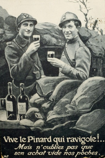 Une image fournie par l'Historial de Péronne, montrant deux poilus buvant un verre de vin au front © STR Historial de Péronne/AFP/Archives
