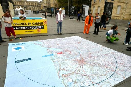 Des activistes de Greenpeace manifestent contre le manque de sécurité autour des piscines d'entreposage de combustible dans les centrales nucléaires, à Bordeaux, le 14 octobre 2017 © GEORGES GOBET AFP