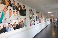 Les photos sont rassemblées en une fresque affichée dans l'hôpital.