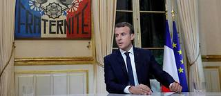 Un grand bureau, un décorum de palais de la République, des œuvres d'art au goût douteux, des journalistes peu incisifs et un président qui défend son action : difficile de faire plus classique...