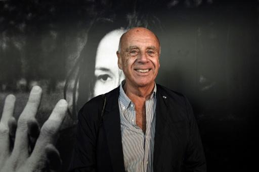 """Le photographe américain Ralph Gibson devant une de ses photos de l'exposition  """"La Trilogie, 1970-74"""" à Montpellier, le 17 octobre 2017   © PASCAL GUYOT AFP"""