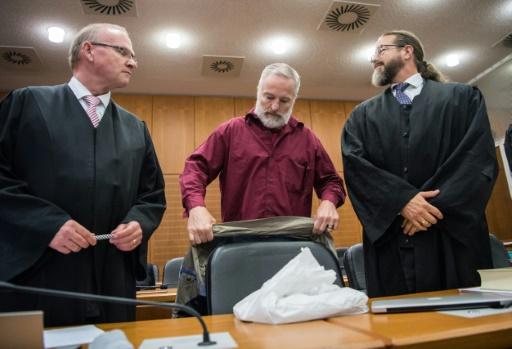Le Suisse Daniel M. (c), jugé pour avoir espionné le fisc allemand, avec ses avocats Mes Hannes Linke (g) et Robert Kain, le 18 octobre 2017 au tribunal de Francfort © Andreas Arnold POOL/AFP