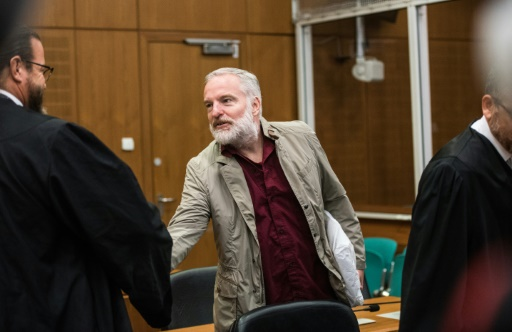 Le Suisse Daniel M. (d), jugé pour avoir espionné le fisc allemand, salue l'un de ses avocats à son arrivée au tribunal de Francfort, le 18 octobre 2017 © Andreas Arnold POOL/AFP
