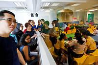 Dans le teaching lab, le laboratoire d'enseignement, le cours de l'enseignant est espionné à travers une vitre sans tain. ©Richard KOH/SINOPIX/REA