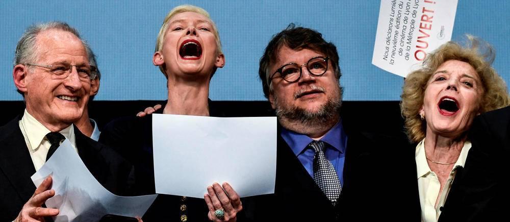 Le réalisateur américain Michael Mann, l'actrice anglaise Tilda Swinton, le réalisateur mexicain Guillermo del Toro et l'actrice espagnole Marisa Paredes annoncent l'ouverture du Festival Lumière à Lyon. ©JEFF PACHOUD