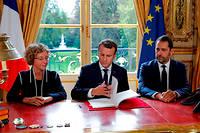 Emmanuel Macron en compagnie de Muriel Pénicaud et Christophe Castaner lors de la signature des ordonnances sur la réforme du Code du travail. ©PHILIPPE WOJAZER