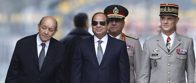 Le président égyptien Al-Sissi en compagnie de Jean-Yves Le Drian (à gauche) et du gouverneur militaire de Paris Bruno Le Ray à Paris devant l'hôtel des Invalides le 24 octobre 2017.