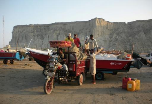Des pêcheurs à Gwadar, le 4 octobre 2017, face à la mer d'Arabie, un site choisi pour un important projet de développement d'inspiration chinoise. La construction d'embarcations y est une activité traditionnelle. © AMELIE HERENSTEIN AFP