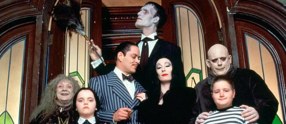La Famille Addams, version Sonnenfeld, est un petit bijou d'humour noir, réhaussé par la réjouissante prestation  d'Anjelica Huston, de Raúl Juliá et de Christopher Lloyd. Mais aussi la  première apparition à l'écran de Christina Ricci.