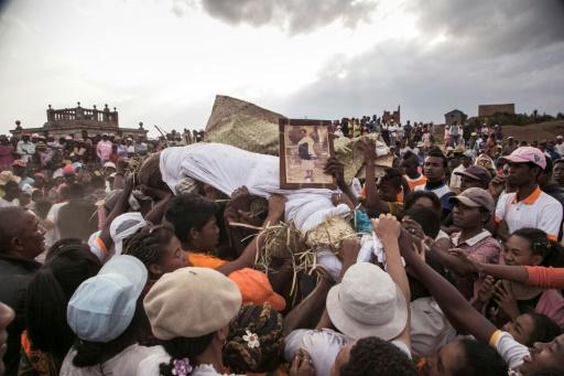 """A Madagascar, le succès du """"retournement des morts"""", malgré la ..."""