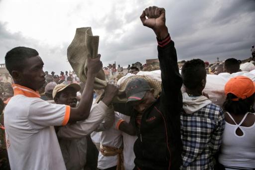 """Cérémonie du """"famadihana"""", ou du """"retournement des morts"""", pièce essentielle du culte des ancêtres dans le village d'Ambohijafy, à Madagascar, le 23 septembre 2017 © RIJASOLO AFP"""