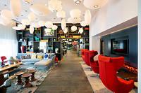 Le groupe CitizenM redonne des couleurs à l'hôtellerie d'affaires. Alliant technologie et design, les 383 chambres de l'hôtel Paris Gare de Lyon sont spécialement conçues pour les travailleurs 2.0.