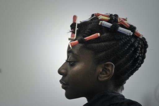 Une cliente d'un salon de coiffure afro spécialisé dans le cheveu naturel frisé et crépu à Bagneux (Hauts-de-Seine), le 19 octobre 2017 © PHILIPPE LOPEZ AFP