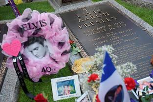 Chaque année, des milliers de fans se recueillent sur la tombe d'Elvis. ©MANDEL NGAN