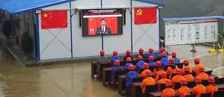 Les ouvriers d'un chantier routier assistent au discours d'ouverture du 19e congrès du PCC prononcé par Xi Jinping le 18 octobre. ©AP/SIPA