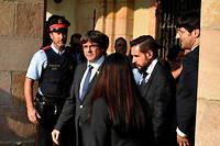 Carles Puigdemont quitte le parlement catalan le 27 octobre après avoir proclamé la République catalane. Sous la menace d'une plainte pour rébellion, il risque jusqu'à 30 ans de prison.