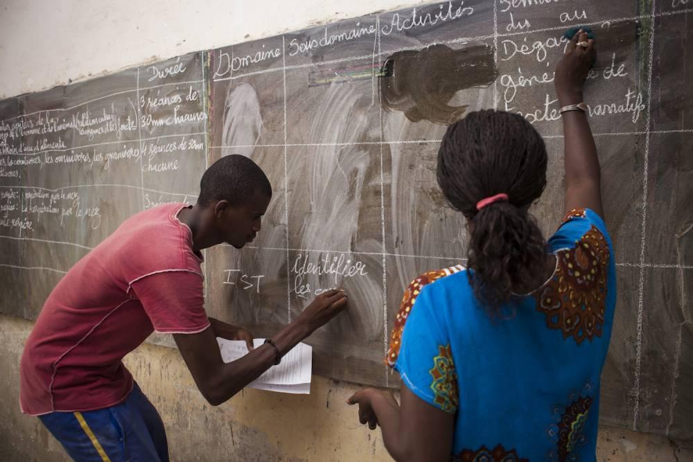 Cours de Français à des adultes à M'Bissao. ©  Martin Dixon