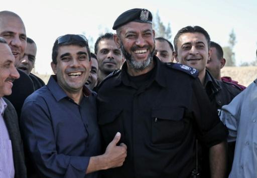 Un membre de l'Autorité palestinienne (G), sourit au côté d'un membre des forces de sécurité du Hamas, à Rafah, près de la frontière entre la bande de Gaza et l'Egypte, le 1er novembre 2017 © SAID KHATIB AFP
