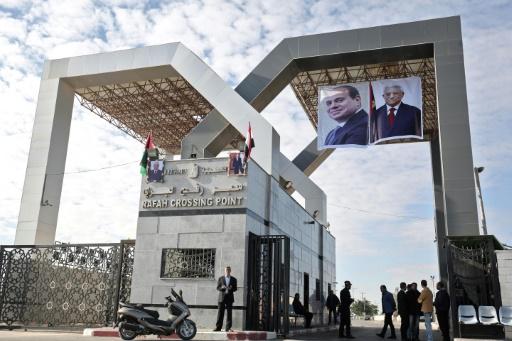 Les drapeaux palestinien et égyptien, et les photos du président de l'Autorité palestinienne Mahmoud Abbas et du président égyptien Abdel Fattah al-Sissi au terminal de Rafah, le 1er novembre 2017 © SAID KHATIB AFP