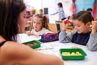 Àl'école Frédéric-Mistral, à Vallauris (06), l'enseignante Christel Alcalde utilise la méthode de Singapour. Elle fait manipuler à ses élèves des cubes colorés pour modéliser le problème mathématique.