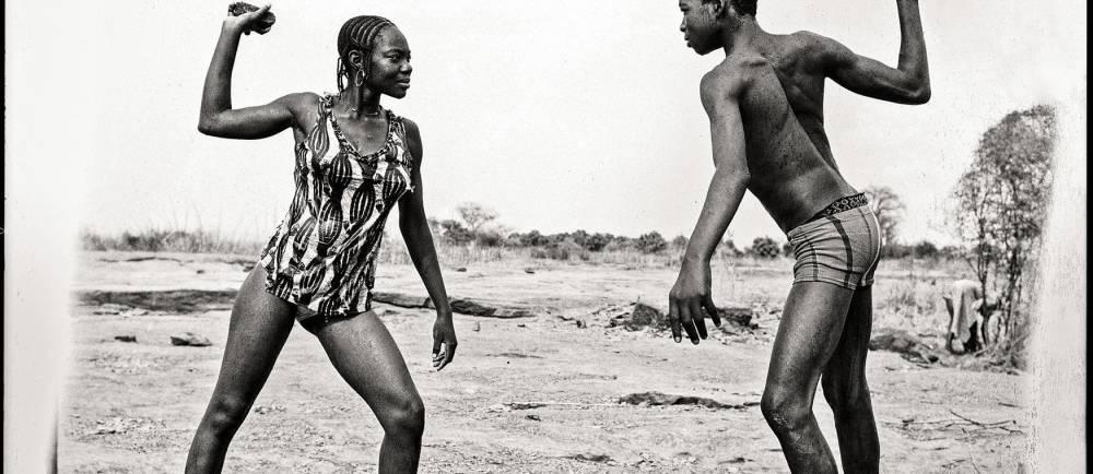 Combat des amis avec pierres au bord du Niger, 1976 © Malick Sidibé Collection Fondation Cartier pour l'art contemporain, Paris © Malick Sidibé