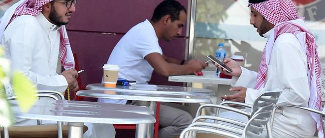 Le 5 novembre 2017, des hommes à un café (Photo d'illustration).