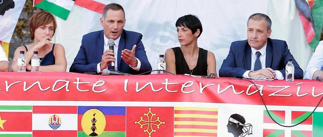 Le président de l'Assemblée de Corse, l'autonomiste Gilles Simeoni (2e à gauche), réclame pour l'île un statut comparable à celui de la Catalogne actuelle.