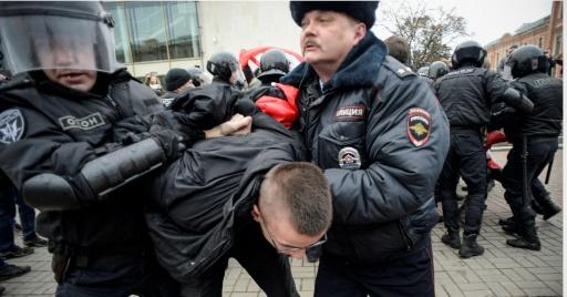 Arrestation d'un partisan de la coalition Autre Russie, le 6 novembre 2017 à Saint-Pétersbourg © OLGA MALTSEVA AFP