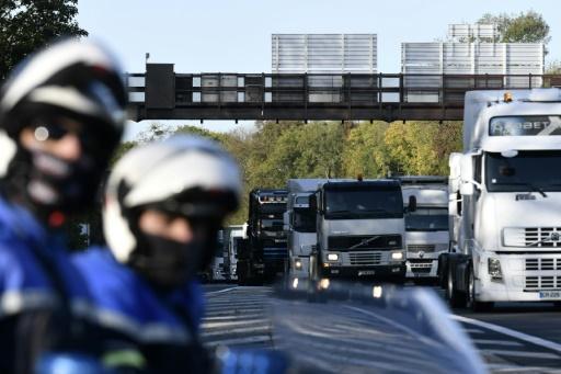 Des camions bloquent la circulation lors d'une opération escargot des forains, le 6 novembre 2017 à la périphérie de Paris © PHILIPPE LOPEZ AFP