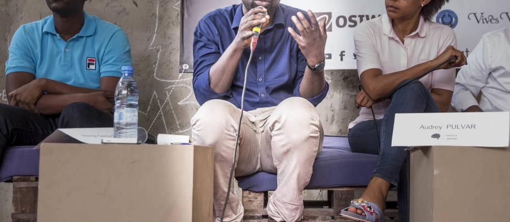 Felwine Sarr lors d'un atelier à la RAW Material Company, à Dakar, entouré de Ndongo Samba Sylla et de Audrey Pulvar. ©  Antoine Tempé