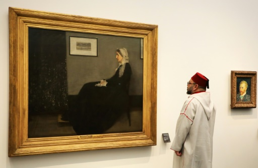 """Le roi du Maroc Mohammed VI regarde """"La mère de Whistler"""" du peintre James Abbott McNeill Whistler à l'occasion de l'inauguration du Louvre Abu Dhabi, le 8 novembre 2017  © ludovic MARIN AFP"""