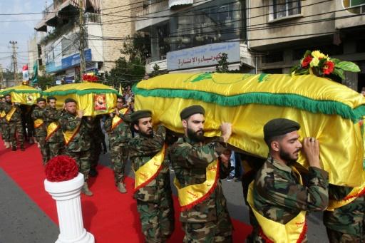 Des membres du Hezbollah portent les cercueils de trois de leurs camarades tués en Syrie en combattant au côté du régime, lors de funérailles à Nabatiyeh dans le sud du Liban le 8 novembre 2017  © Mahmoud ZAYYAT AFP