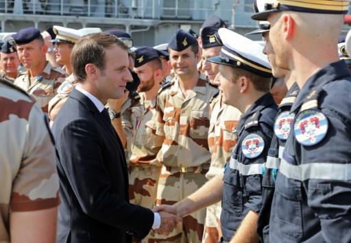 Le président français Emmanuel Macron rend visite aux troupes françaiseq sur une base navale à Abou Dhabi, le 9 novembre 2017 © ludovic MARIN AFP