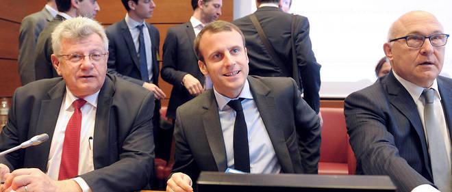 Christian Eckert, Emmanuel Macron et Michel Sapin sont aux manettes à Bercy en 2015, quand les alertes se multiplient sur la taxe sur les dividendes. Mais ce sont le ministre des Finances (Michel Sapin) et son secrétaire d'État au Budget (Christian Eckert) qui suivent particulièrement le dossier.