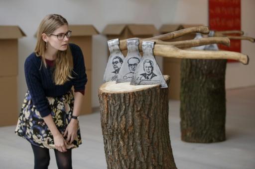 """Oeuvre intitulée """"Histoire de la Russie sous forme de haches"""" par le russe Vasily Slonov, dans l'exposition intitulée """"Art Riot: Post-Soviet Actionism"""" à la galerie Saatchi de Londres le 15 novembre 2017 © Tolga AKMEN AFP"""