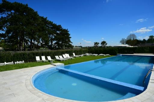 Moins chimique, l'entretien des piscines se fait désormais à 80% par un traitement mécanique, contre 20% avec des produits tels que le chlore © FRANCK FIFE AFP/Archives