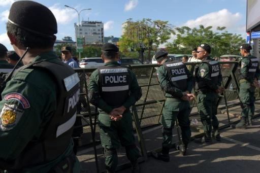 Barrage de police dans une rue de Phnom Penh lors d'une délibération de la cour suprême, le 16 novembre 2017 © TANG CHHIN SOTHY AFP