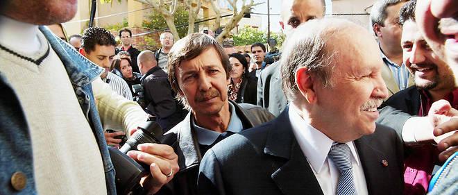 Vigie. Le président Abdelaziz Bouteflika, accompagné de sonfrère, juste avant sa réélection pour untroisième mandat (90,24 % des voix), le10avril 2009. Saïd est son conseiller spécial depuis 1999.