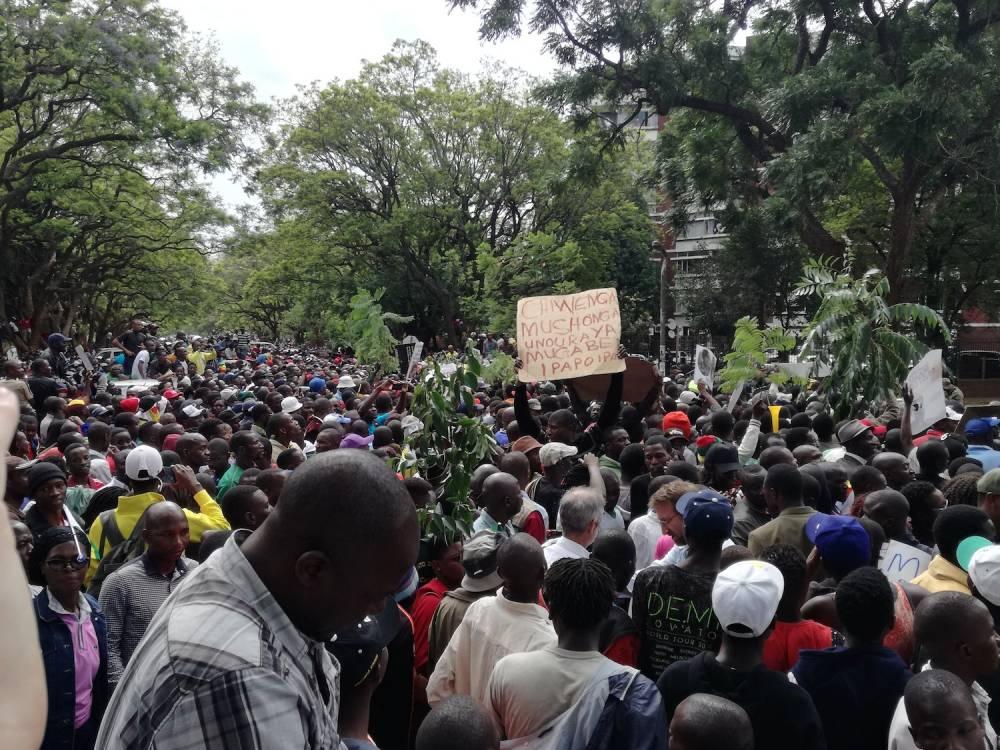La foule se dirigeant vers le palais présidentiel est bloquée par les militaires pour éviter les débordements. ©  Claire Meynial