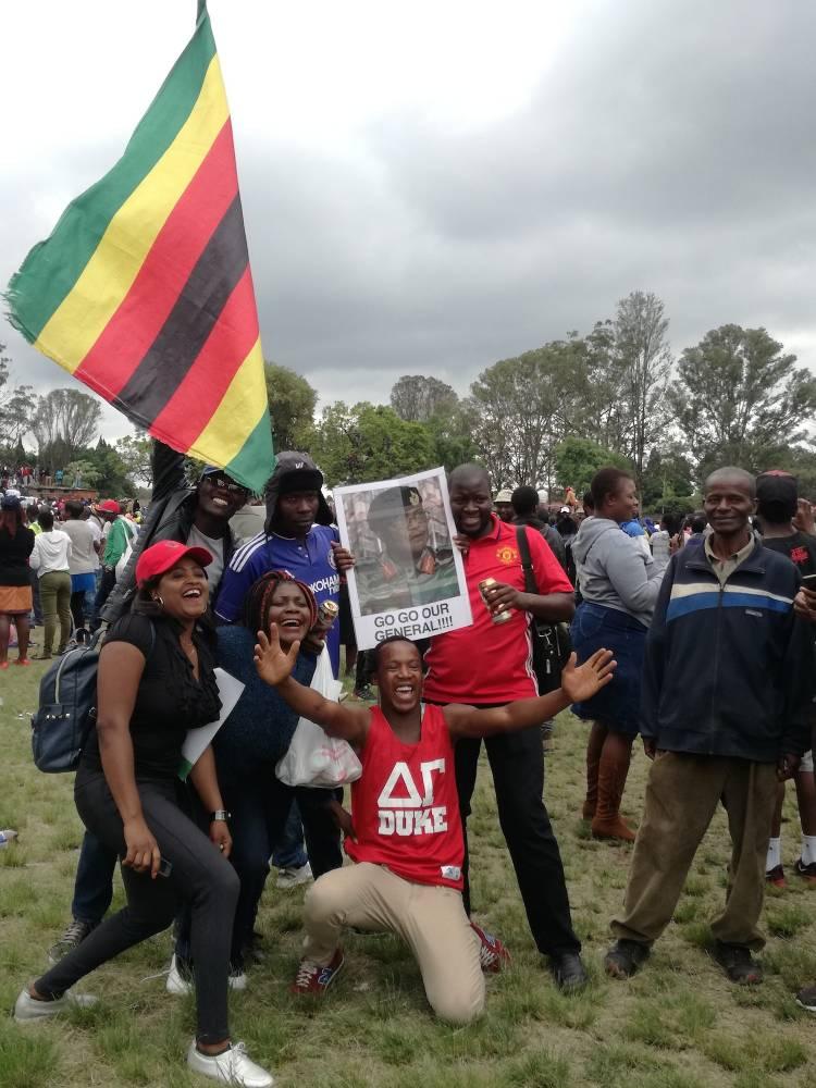 Ces jeunes veulent le départ de Robert Mugabe.  ©  Claire Meynial