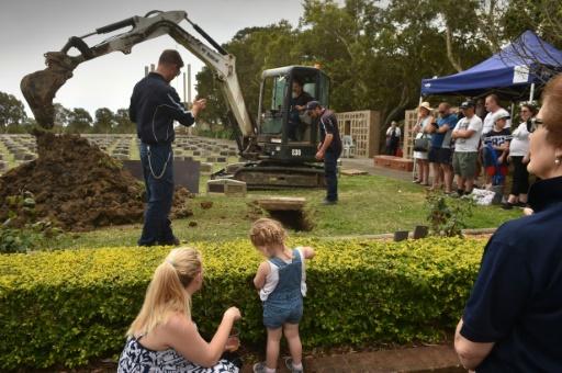 Une démonstration sur la manière de creuser une tombe lors de la commémoration des 150 ans du cimetière de Rookwood, en Australie, le 24 septembre 2017 © PETER PARKS AFP