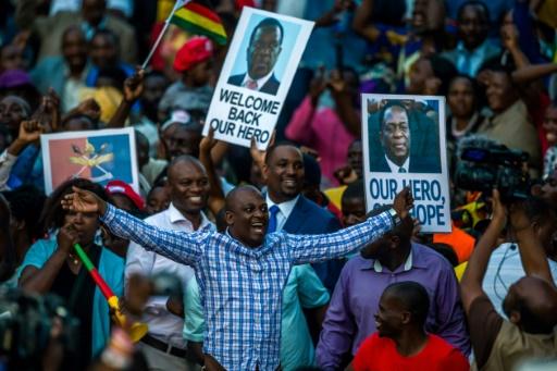 Des partisans d'Emmerson Mnangagwade rassemblés devant le siège de son parti, le 22 novembre 2017 à Harare © Jekesai NJIKIZANA AFP