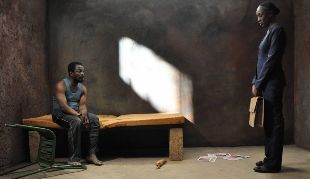 Scène de confrontation entre Fargass Assandé (à gauche) qui joue le client et Maïmouna N'Diaye, son avocate, issue de la bourgeoisie.  ©  Destiny Films