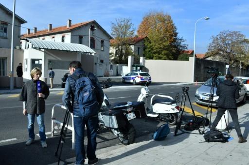 Des journalistes attendent devant le poste de police à Nice où le milliardaire russe Suleiman Kerimov est interrogé, le 22 novembre  2017  © Yann COATSALIOU AFP