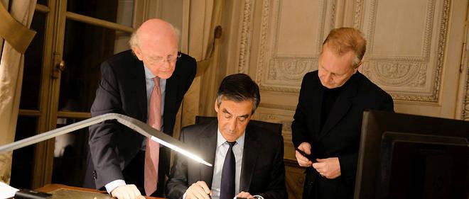 Première manche. Patrick Stefanini (à g.) etIgor Mitrofanoff (à dr.), les deux «plumes» du candidat, conseillent François Fillon dans la rédaction de son discours de vainqueur de la primaire, le 27novembre 2016.