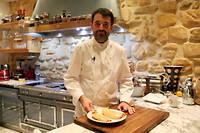 Jean-François Piège, dans sa cuisine, nous apprend à déveiner un foie gras.