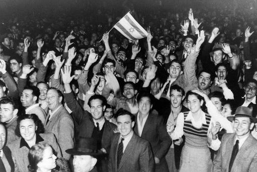 Des habitants de Tel-Aviv célèbrent le vote de l'Assemblée générale de l'ONU sur le partage de la Palestine, le 29 novembre 1947 ©  AFP