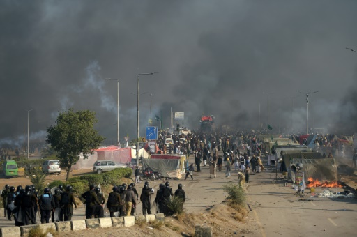 Les forces de l'ordre pakistanaises dispersent des centaines de manifestants islamistes, le 25 novembre 2017 à Islamabad © AAMIR QURESHI AFP